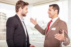 vrolijke jonge collega's begroeten elkaar