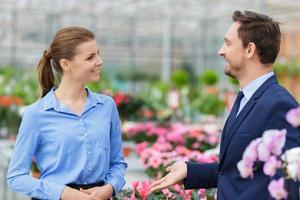 empresarios agradables hablando en el invernadero