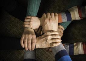muchas manos juntas