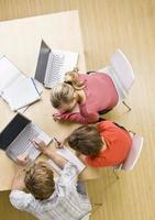 estudiantes que estudian juntos en el aula en computadoras portátiles