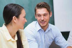 alegres empresarios hablando y trabajando juntos