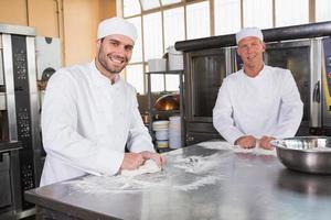 equipo de panaderos trabajando juntos foto