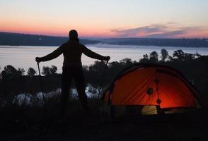 excursionista, carpa y amanecer