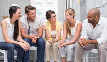 empresarios hablando y trabajando juntos en sillas