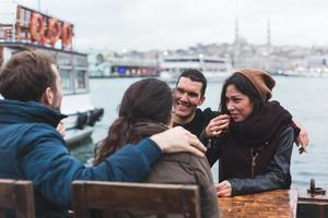grupo de amigos turcos que bebem cay, chá tradicional