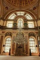 Dentro de la mezquita de Dolmabahce en Estambul