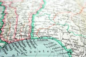 Primer plano de un colorido mapa centrado en lagos nigeria