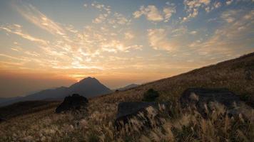 puesta de sol con nubes dispersas (sendero lantau, hong kong)