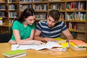 estudiantes que estudian juntos en la biblioteca foto