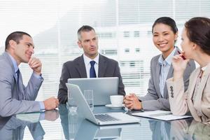 empresarios trabajando juntos tomando un café