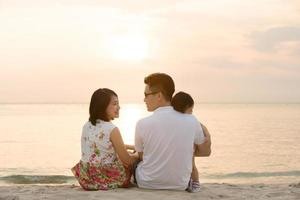 familia asiática en la playa al aire libre
