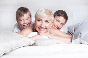 Retrato de familia, madre con hijos.