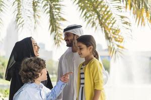 familia emiratí en el parque foto