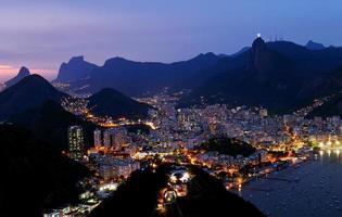 vista nocturna botafogo en rio de janeiro foto