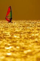 puesta de sol de windsurf foto
