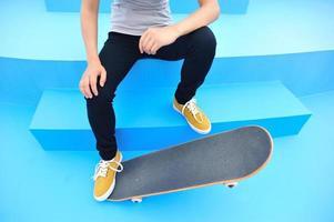 mujer skater sentarse descansar en skatepark foto
