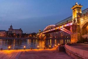 terraplén del río moscú. Puente andreevsky en la noche foto