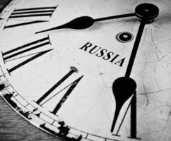 face do relógio preto e branco russo
