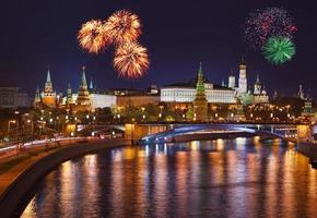 fogos de artifício sobre o kremlin em Moscou