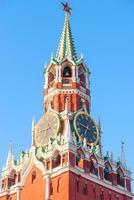 Torre del Kremlin con reloj en Moscú al amanecer foto
