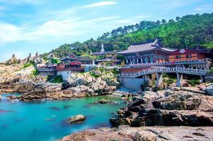 Templo de haedong yonggungsa y mar de haeundae en busan foto
