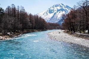 Japón río camino a la montaña.