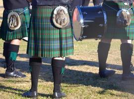 hombres en faldas escocesas