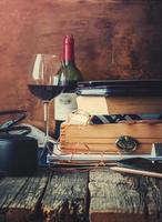 recuerdos en diferentes accesorios para hombres en una cálida mesa de madera foto
