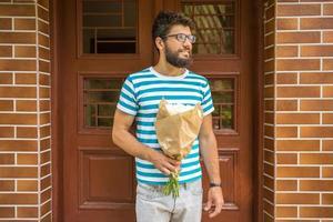 uomo con fiori