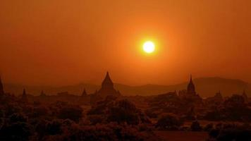 Bagan en puesta de sol. foto