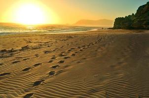 puesta de sol de playa dorada foto
