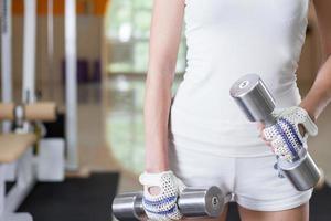 mujer sosteniendo pesas