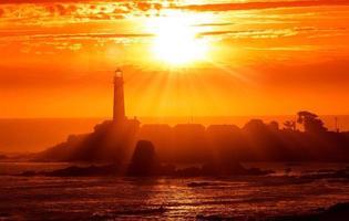 puesta de sol del faro de california foto
