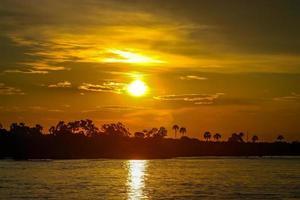 puesta de sol de botswana naranja foto