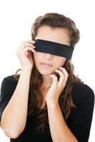 mujer joven con los ojos vendados foto