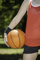 mujer sosteniendo una pelota