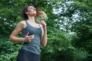 atleta femminile in esecuzione sul parco