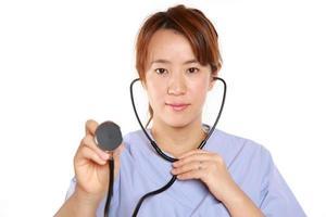médico femenino japonés con estetoscopio foto