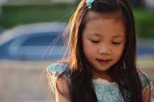 Aziatische vrouwelijke kind in blauwe jurk