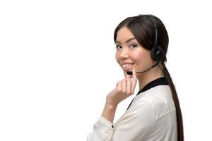 Aziatische callcenter vrouwelijke exploitant die hoofdtelefoons met behulp van