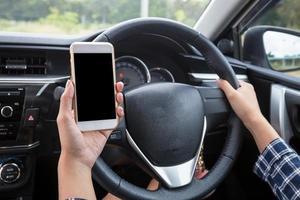 joven conductora con smartphone de pantalla táctil