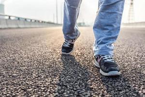 closeup de mulher correndo na estrada