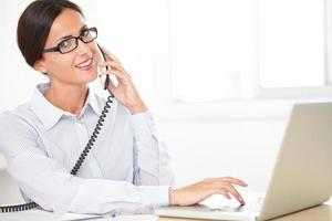 funcionária hispânica, conversando no telefone