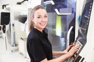 Retrato de mujer ingeniera operando maquinaria cnc foto