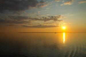 pôr do sol no mar.