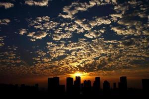 pôr do sol sobre arranha-céus