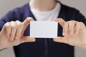 manos adolescentes femeninas que sostienen la tarjeta de visita foto