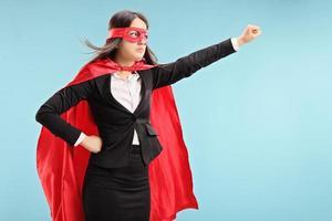 superhéroe femenina con puño levantado foto
