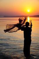 pescador y puesta de sol