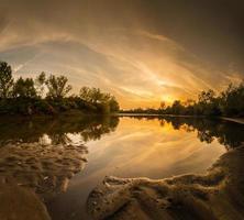 hermosa puesta de sol reflejo